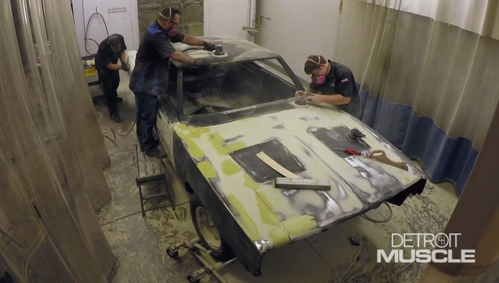 Trabajo de carrocería en el Dodge Charger del 69.