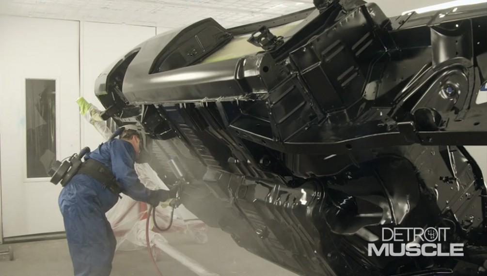 El Dodge Charger del 69 entra en la cabina para una nueva pintura