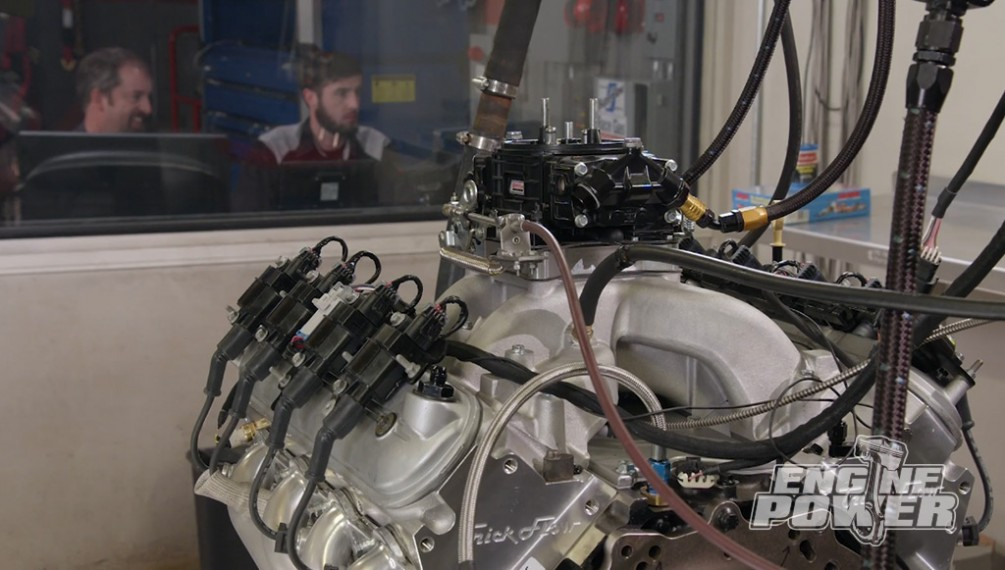 Un motor Motown de 440ci impulsa un auto de carreras Camaro del 73