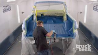 La Blazer de 1989 entra en la cabina de pintura para una mezcla de colores personalizada.