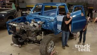 Reensamblaje de nuestra Chevy Blazer con los accesorios interiores después de su trabajo con pintura personalizada.